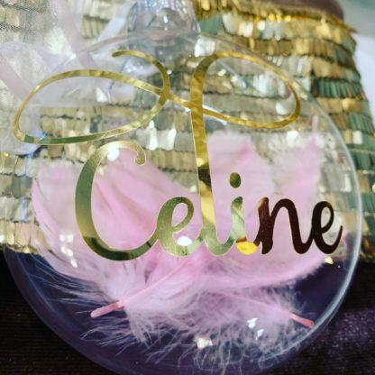 Julekule med navnet Celine i gull og rosa pyntefjær