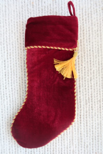 Nydelig julestrømpe i rød fløyel. Kantet med bånd og pyntedusk i gull.