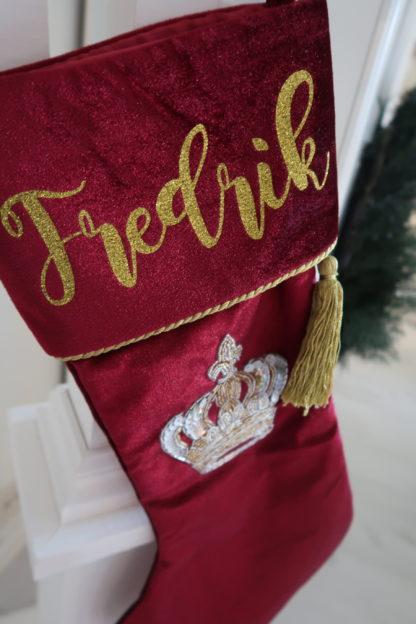 Julestrømpe Royal i rød fløyel med personlig navnetrekk
