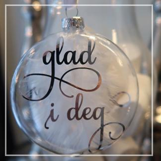 julekule med teksten glad i deg i sølv