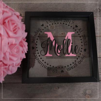 Sort fødselsramme med rosa og sort skrift