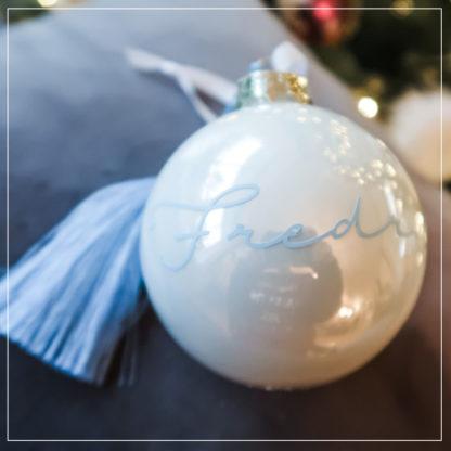 Rund julekule i perlemor med navn og blå pyntedusk